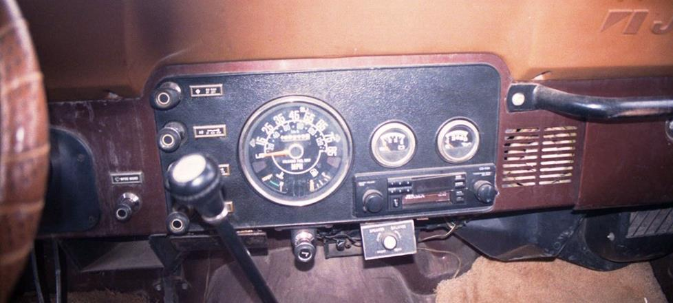 Jeep CJ-7 radio