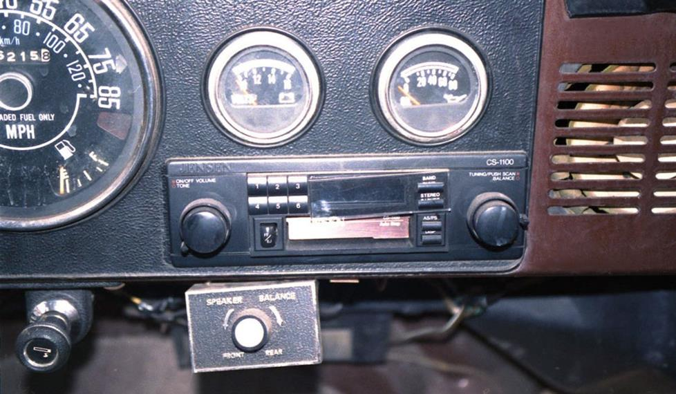 Jeep CJ-7 aftermarket radio