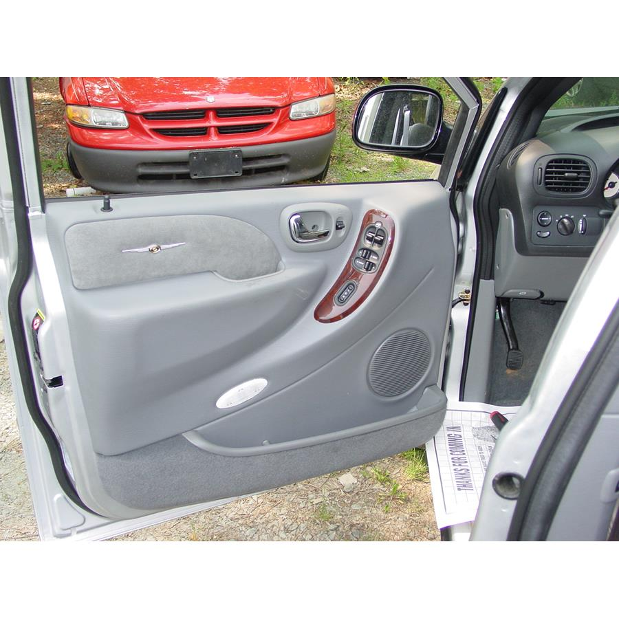 2003 Chrysler Voyager Front door woofer location