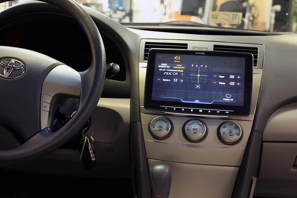The Alpine Halo9 iLX-F309 stereo in the dash of a 2007 Toyota Camry