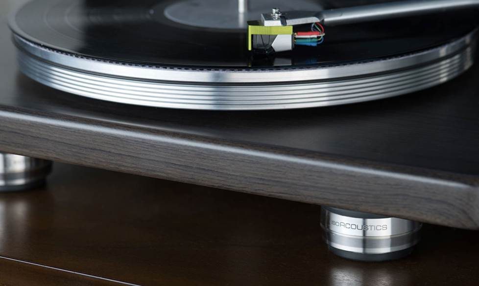 A turntable with feet that reduce vibrations.