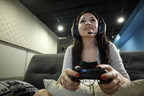 Crutchfield gamer Jenny using the Audeze Mobius headphones