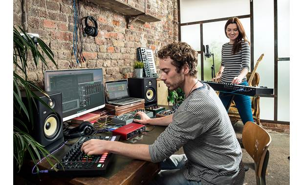 Focusrite Scarlett 8i6 (3rd Generation) Low latency lets you record in real time using plug-in effects and virtual instruments