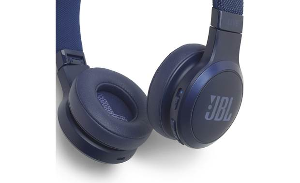 JBL Live 400BT Control buttons on right earcup